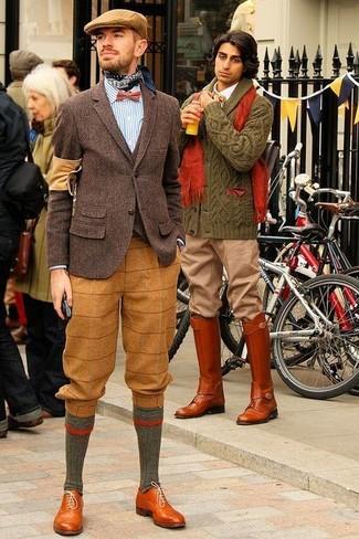 Cómo combinar: blazer de lana en marrón oscuro, cárdigan en marrón oscuro, camisa de manga larga de rayas verticales en blanco y azul, pantalón de vestir de lana de tartán marrón