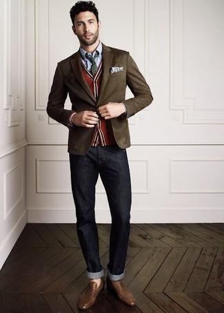 Cómo combinar: blazer en marrón oscuro, cárdigan rojo, camisa de vestir de cambray celeste, vaqueros en gris oscuro