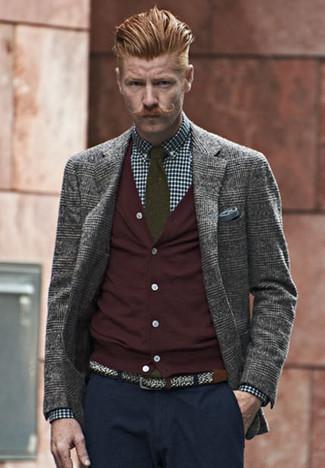 Cómo combinar: blazer de lana de tartán gris, cárdigan burdeos, camisa de vestir de cuadro vichy en azul marino y blanco, pantalón chino azul marino
