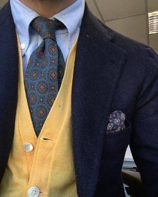 Cómo combinar: blazer de lana negro, cárdigan amarillo, camisa de vestir celeste, corbata estampada en violeta