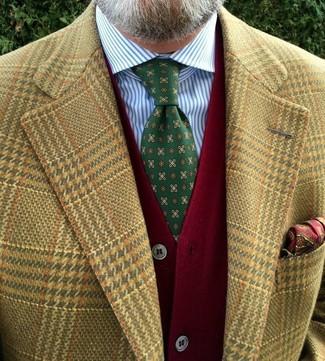 Cómo combinar: blazer de pata de gallo marrón claro, cárdigan rojo, camisa de vestir de rayas verticales en blanco y azul, corbata estampada verde