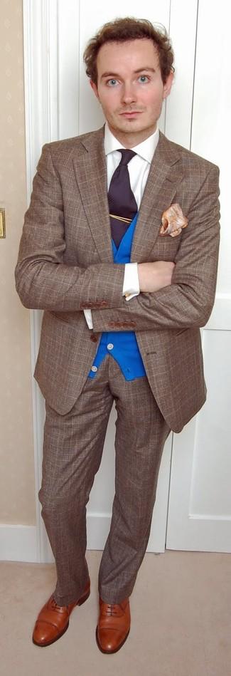 Cómo combinar: blazer de lana de tartán marrón, cárdigan azul, camisa de vestir blanca, pantalón de vestir de lana de tartán marrón