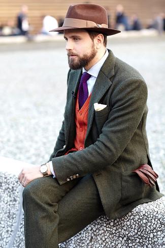 Cómo combinar: blazer de lana verde oliva, cárdigan rojo, camisa de vestir blanca, pantalón de vestir de lana verde oliva
