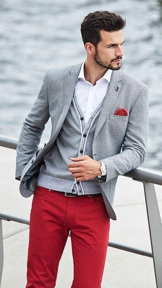 Cómo combinar: blazer gris, cárdigan gris, camisa de vestir blanca, vaqueros rojos