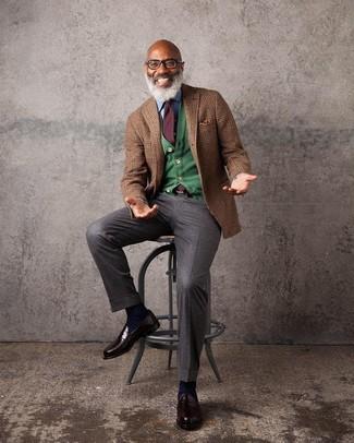 Cómo combinar: blazer de lana de tartán marrón, cárdigan verde, camisa vaquera celeste, pantalón de vestir en marrón oscuro