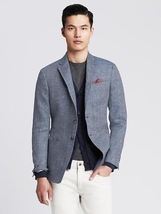 Cómo combinar: blazer de lino gris, cárdigan azul marino, camiseta con cuello circular en gris oscuro, vaqueros blancos
