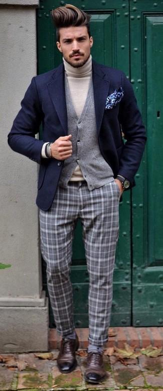 Cómo combinar: blazer de lana azul marino, cárdigan gris, jersey de cuello alto en beige, pantalón de vestir de tartán gris