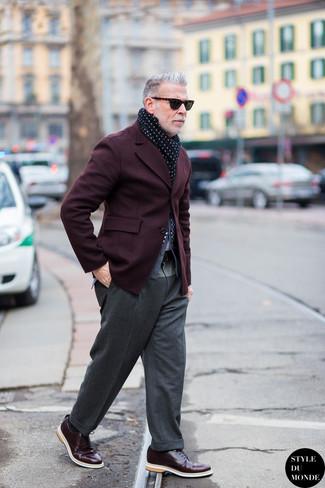 Look de Nick Wooster: Blazer Burdeos, Cárdigan Gris, Pantalón de Vestir de Lana Gris, Zapatos Derby de Cuero Burdeos