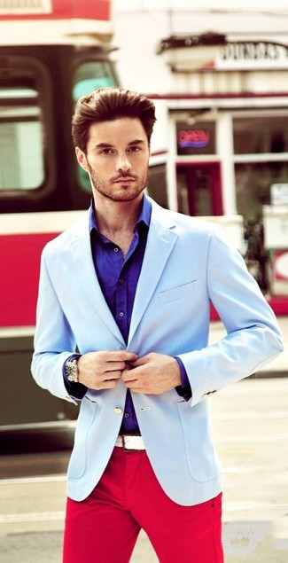 Cómo combinar: blazer celeste, camisa de manga larga en violeta, pantalón chino rojo, correa de lona tejida blanca