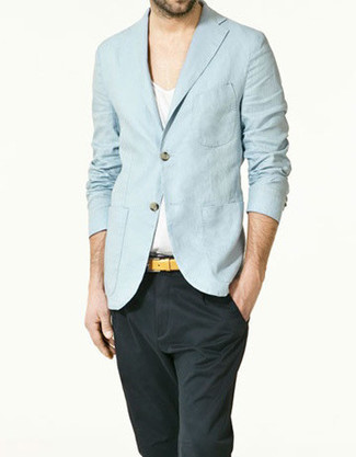 Cómo combinar: blazer de lino celeste, camiseta con cuello en v blanca, pantalón chino en gris oscuro, correa de cuero amarilla