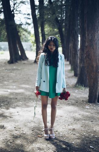 Casa un vestido recto verde junto a un vestido recto verde para una apariencia fácil de vestir para todos los días. Sandalias con cuña de cuero rosadas añaden un toque de personalidad al look.