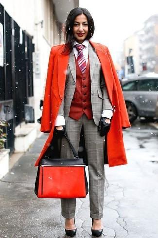 Cómo combinar: camisa de vestir blanca, blazer de tartán gris, chaleco rojo, abrigo rojo