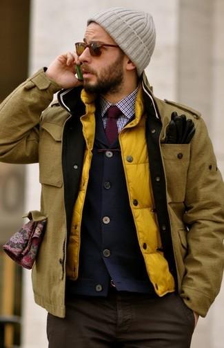 Cómo combinar: camisa de vestir de cuadro vichy en blanco y rojo y azul marino, blazer azul marino, chaleco de abrigo amarillo, chaqueta campo mostaza