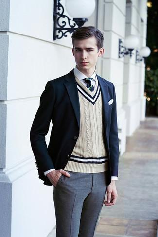 Cómo combinar: blazer azul marino, chaleco de punto en beige, camisa de vestir blanca, pantalón de vestir gris