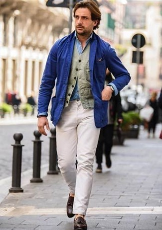 Si buscas un look en tendencia pero clásico, utiliza un blazer de algodón azul de Paul Smith y un pantalón chino blanco. Activa tu modo fiera sartorial y haz de mocasín con borlas de cuero marrón oscuro tu calzado.