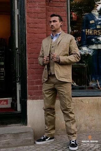 Cómo combinar: blazer de algodón marrón claro, chaleco de vestir marrón claro, camisa de manga larga celeste, pantalón de vestir marrón claro