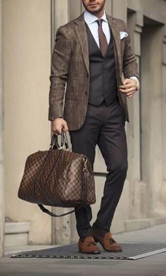 Cómo combinar: blazer de lana marrón, chaleco de vestir negro, camisa de vestir blanca, pantalón de vestir negro