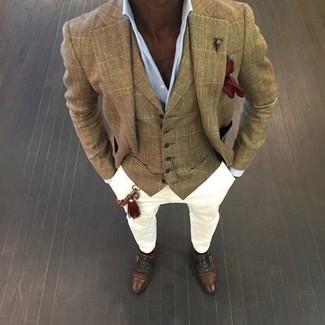 Cómo combinar: blazer a cuadros marrón claro, chaleco de vestir de tartán marrón claro, camisa de vestir celeste, pantalón chino blanco
