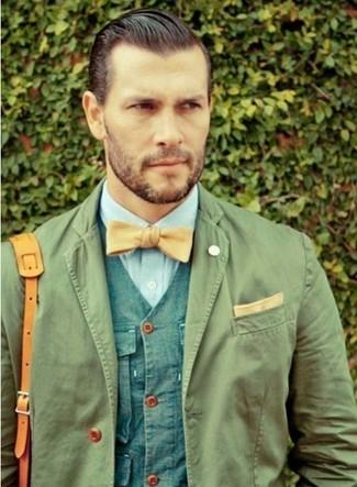 Accede a un refinado y elegante estilo con un blazer de algodón verde oliva y un chaleco de vestir azul.