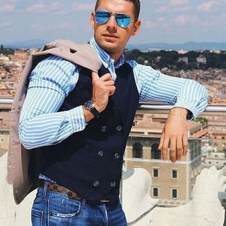 Cómo combinar: blazer en beige, chaleco de vestir de algodón negro, camisa de vestir de rayas verticales celeste, vaqueros azules