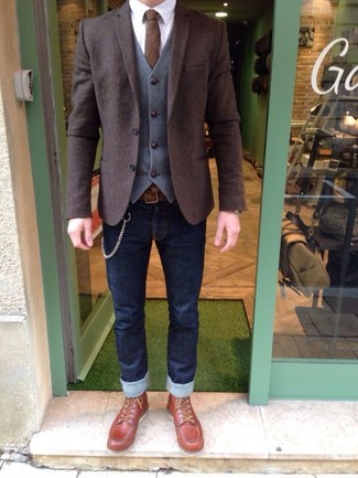 Cómo combinar: blazer de lana en marrón oscuro, chaleco de vestir de lana gris, camisa de vestir blanca, vaqueros pitillo azul marino