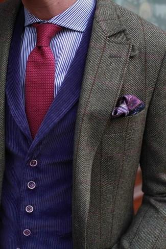 Utiliza un blazer de lana a cuadros verde oliva y un chaleco de vestir violeta para rebosar clase y sofisticación.