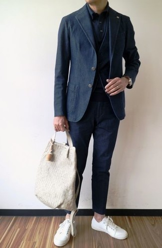 Cómo combinar: blazer de algodón negro, chaleco de vestir negro, camisa de vestir negra, pantalón chino negro