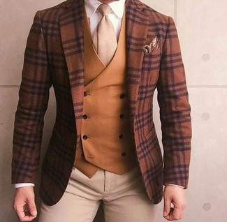 Un blazer de lana de tartán marrón y un pantalón chino beige son un look perfecto para ir a la moda y a la vez clásica.