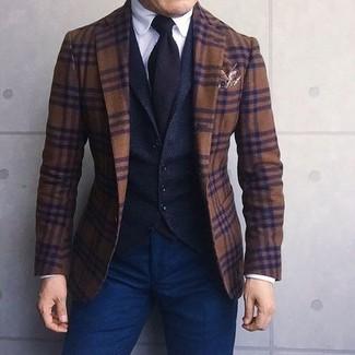Cómo combinar: blazer de lana de tartán marrón, chaleco de vestir de lana negro, camisa de vestir blanca, pantalón chino azul marino