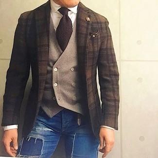 Cómo combinar: blazer de lana de tartán en marrón oscuro, chaleco de vestir de lana marrón claro, camisa de vestir blanca, vaqueros pitillo desgastados azules