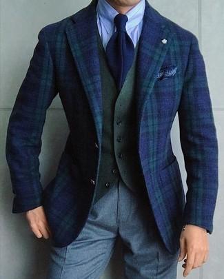 Elige un blazer de tartán azul marino y verde y un pantalón de vestir de lana gris para un perfil clásico y refinado.