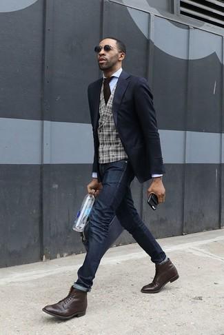 Intenta combinar un blazer negro con unos vaqueros pitillo negros para un look diario sin parecer demasiado arreglada. Dale un toque de elegancia a tu atuendo con un par de botas formales de cuero en marrón oscuro.