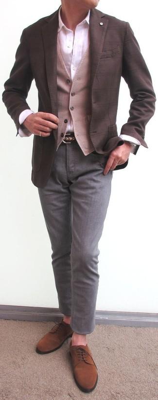 Cómo combinar: blazer a cuadros en marrón oscuro, chaleco de vestir de lana en beige, camisa de vestir blanca, pantalón chino gris