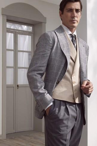 Cómo combinar: blazer de tartán gris, chaleco de vestir en beige, camisa de vestir blanca, pantalón de vestir gris