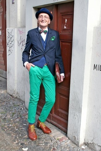 Cómo combinar: blazer negro, chaleco de vestir azul marino, camisa de vestir blanca, pantalón chino verde