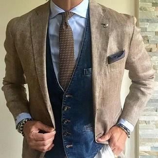 Cómo combinar: blazer marrón claro, chaleco de vestir vaquero azul marino, camisa de vestir celeste, pantalón chino en beige