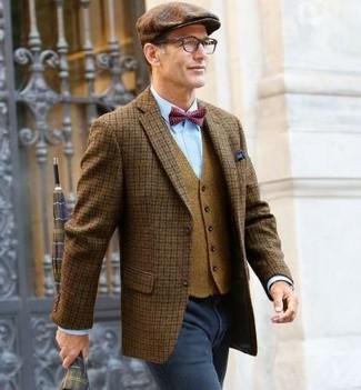 Cómo combinar: blazer de lana a cuadros marrón, chaleco de vestir de lana marrón claro, camisa de vestir celeste, vaqueros en gris oscuro