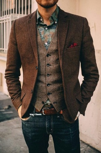 Cómo combinar: blazer de lana de espiguilla en marrón oscuro, chaleco de vestir de lana de espiguilla marrón, camisa vaquera con print de flores azul, vaqueros azul marino