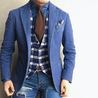 Cómo combinar: blazer vaquero azul, chaleco de vestir de lana de cuadro vichy en azul marino y blanco, camisa vaquera azul, vaqueros pitillo desgastados azules