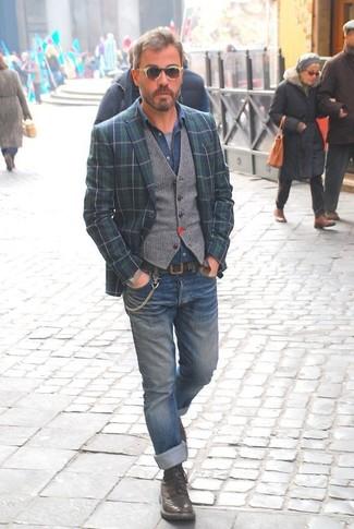 Cómo combinar: blazer de tartán en azul marino y verde, chaleco de vestir de lana gris, camisa vaquera azul, camiseta con cuello circular gris