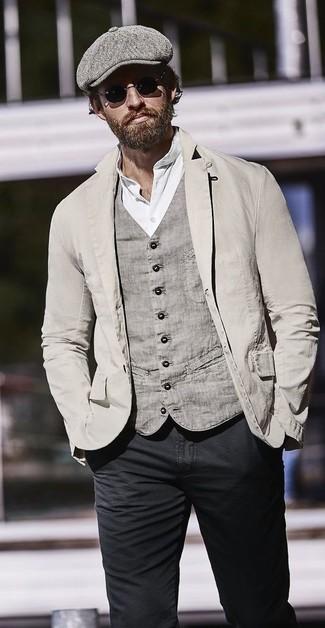 Cómo combinar: blazer de algodón gris, chaleco de vestir de algodón gris, camiseta henley blanca, vaqueros pitillo negros