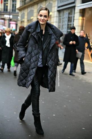 Cómo combinar: camiseta con cuello circular de rayas horizontales en blanco y negro, blazer negro, chaqueta motera de cuero negra, abrigo de plumón negro