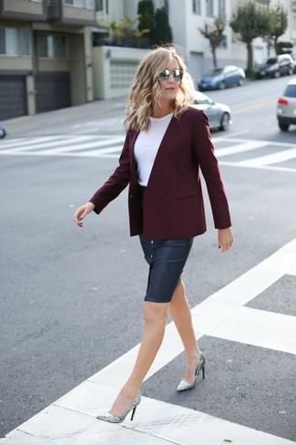 Perfecciona el look casual elegante en un blazer cruzado burdeos y una falda lápiz vaquera azul marino. Zapatos de tacón de cuero grises son una opción práctica para completar este atuendo.