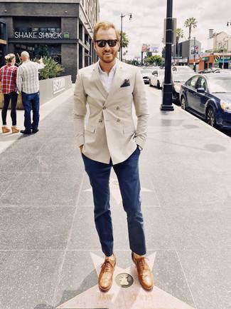Cómo combinar: blazer cruzado en beige, camisa de manga larga blanca, pantalón chino azul marino, zapatos oxford de cuero marrón claro