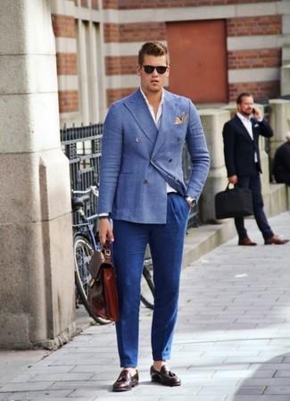 Cómo combinar: blazer cruzado azul, camisa de manga larga blanca, pantalón de vestir azul, mocasín con borlas de cuero burdeos