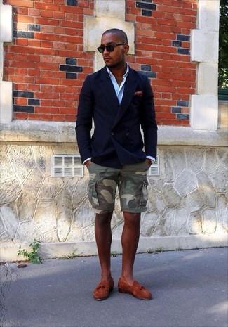 Cómo combinar: blazer cruzado azul marino, camisa de manga larga celeste, pantalones cortos de camuflaje verde oliva, mocasín con borlas de ante en tabaco