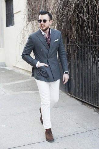 Algo tan simple como emparejar un blazer cruzado de lana en gris oscuro de Ermenegildo Zegna con un pantalón chino blanco puede distinguirte de la multitud. Haz este look más informal con botas safari de ante en marrón oscuro.