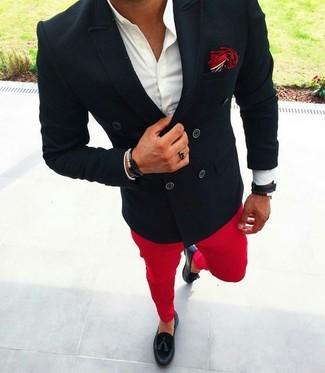 Cómo combinar: blazer cruzado negro, camisa de vestir blanca, pantalón chino rojo, mocasín con borlas de cuero negro