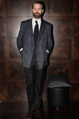 Cómo combinar: blazer cruzado en gris oscuro, camisa de vestir blanca, pantalón de vestir negro, zapatos con hebilla de cuero en marrón oscuro
