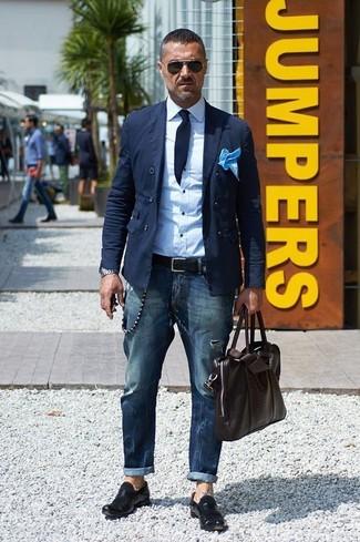Cómo combinar: blazer cruzado de algodón azul marino, camisa de vestir blanca, vaqueros azul marino, mocasín de cuero negro